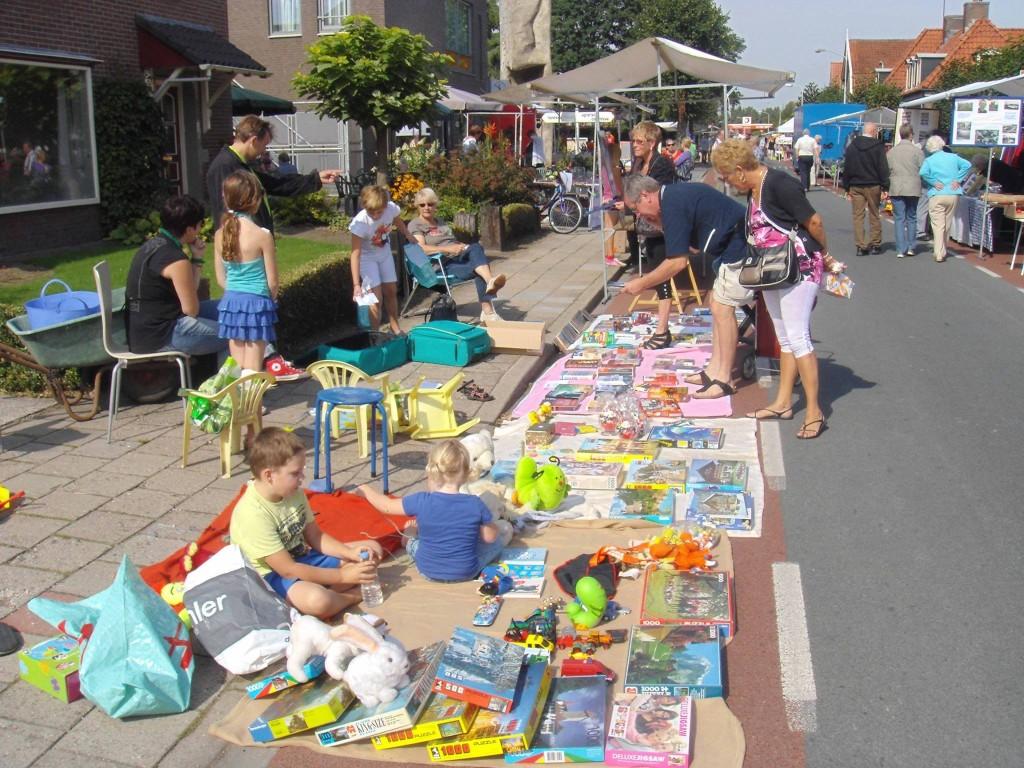 Op de Halse Dag brengen jonge verkooptalenten uit Halle hun waar als volwaardige verkopers aan de man tijdens de kleedjesmarkt.